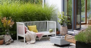 dieartigeBLOG - Gartenbank mit Kissen in Rosa und Zitronengelb, Kies-Terrasse, G...