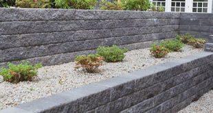 Schöne Terrassierung im Garten. Statt einer einzigen Mauer entschied man sich h...
