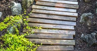 A Little Garden Walkway Out of Pallet Boards