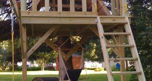 Elemente, die in ein Baumhaus eines Kindes eingeschlossen werden, um es fantastisch zu machen